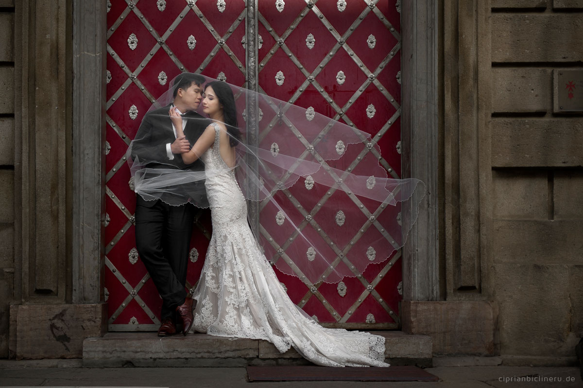 Pre wedding in Prague in a rainy November day 40