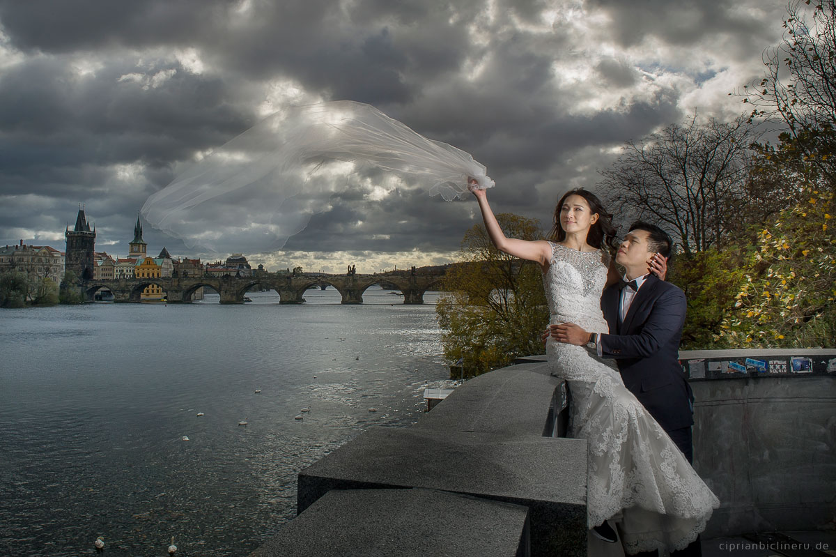 Pre wedding in Prague in a rainy November day 43