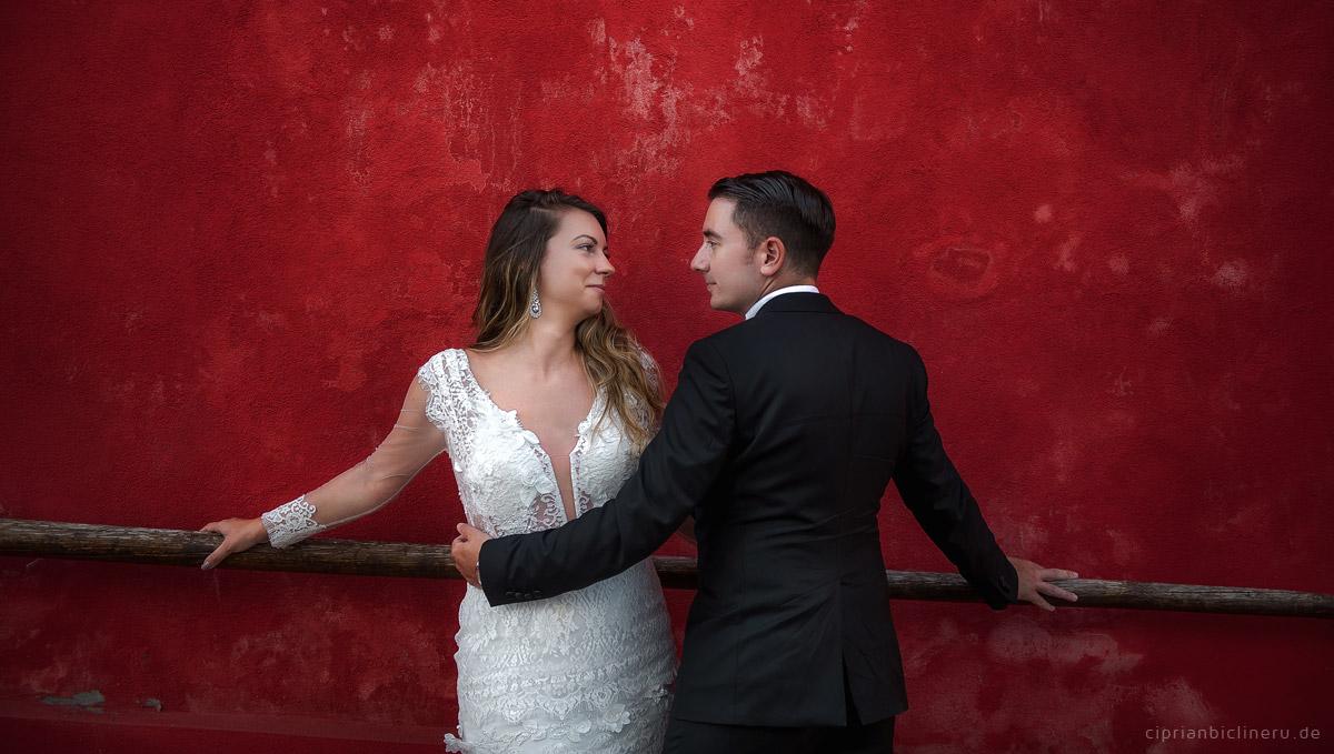 Brautpaarshooting vor ein rotes Wand von Hochzeitsfotograf Frankfurt