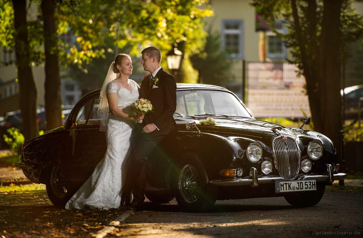 Brautpaarshooting vor einJaguar Oldtimer von Hochzeitsfotograf Frankfurt