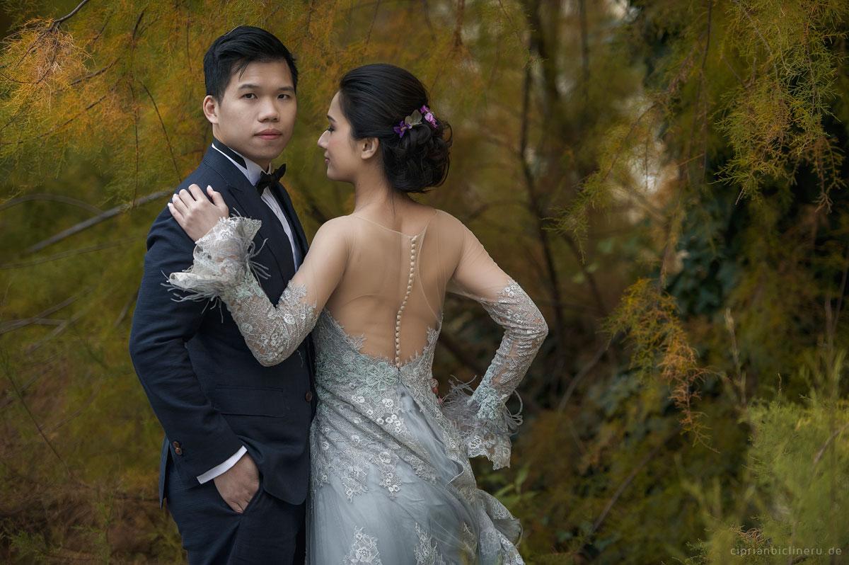 Brautpaarshooting in der gruenen mit eine asiatisches Brautpaar von Hochzeitsfotograf Frankfurt