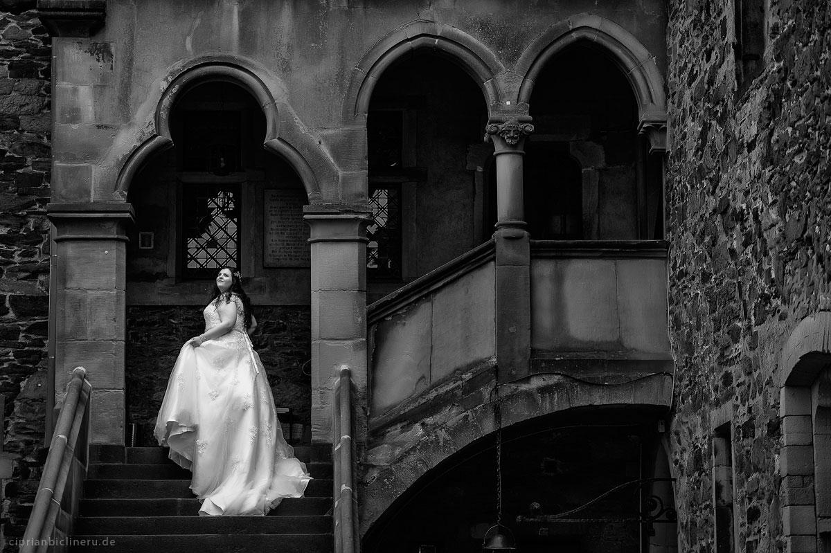 Wunderschöne Braut and der Schlosstreppen im Schloss Burg von Hochzeitsfotograf Frankfurt