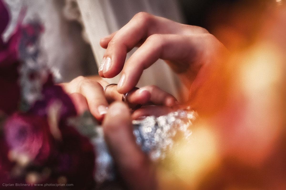 Hochzeitsfotografie kirchliche Trauung - Der Ring auf den Braut Finger
