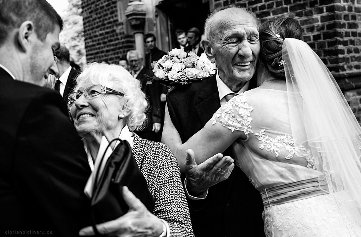 Das Brautpaar begrüßt die Gäste in der Hochzeitskirche