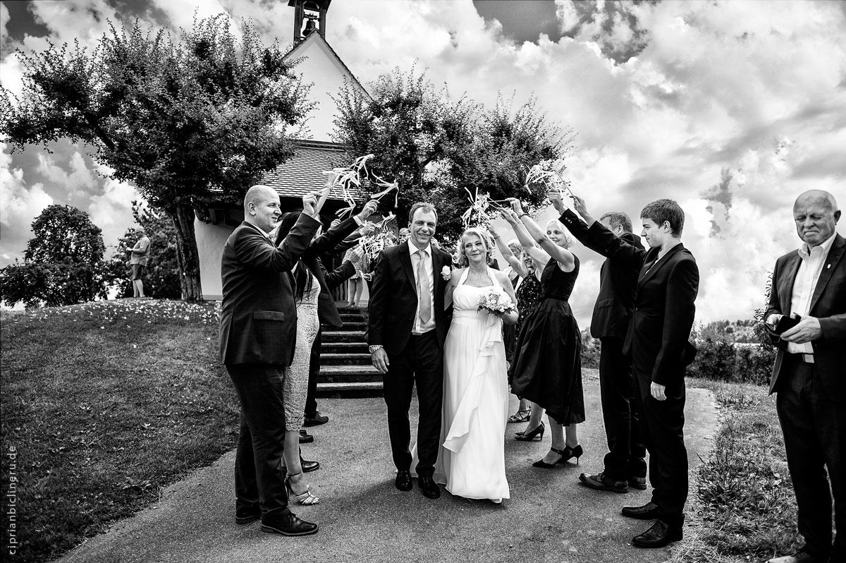 Die Gäste begrüßen das Brautpaar