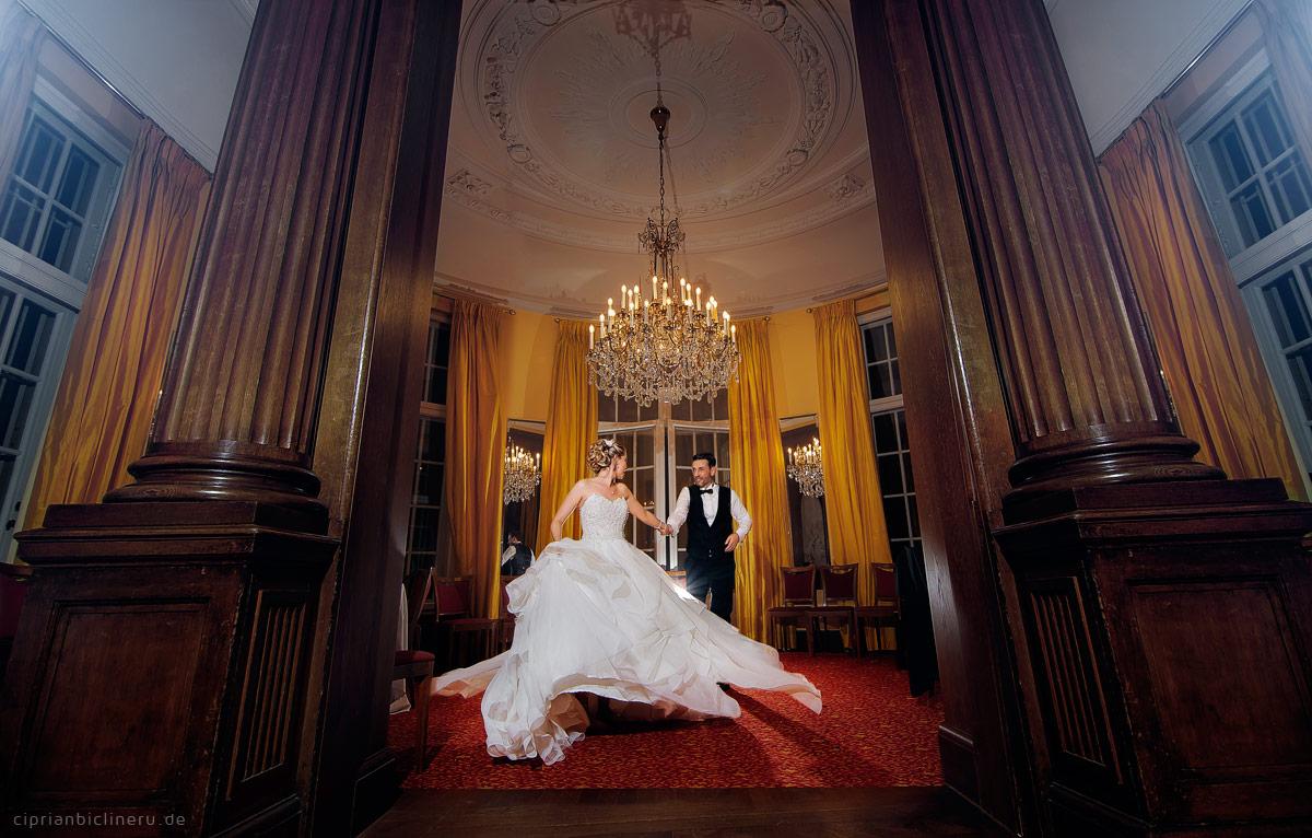 Brautpaar tanzen im Villa Bonn