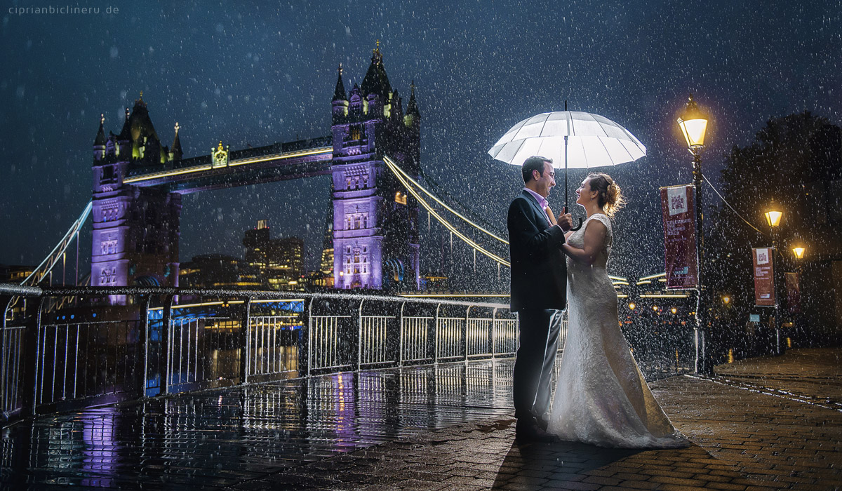 Brautpaarshooting im Regen in London in der nacht